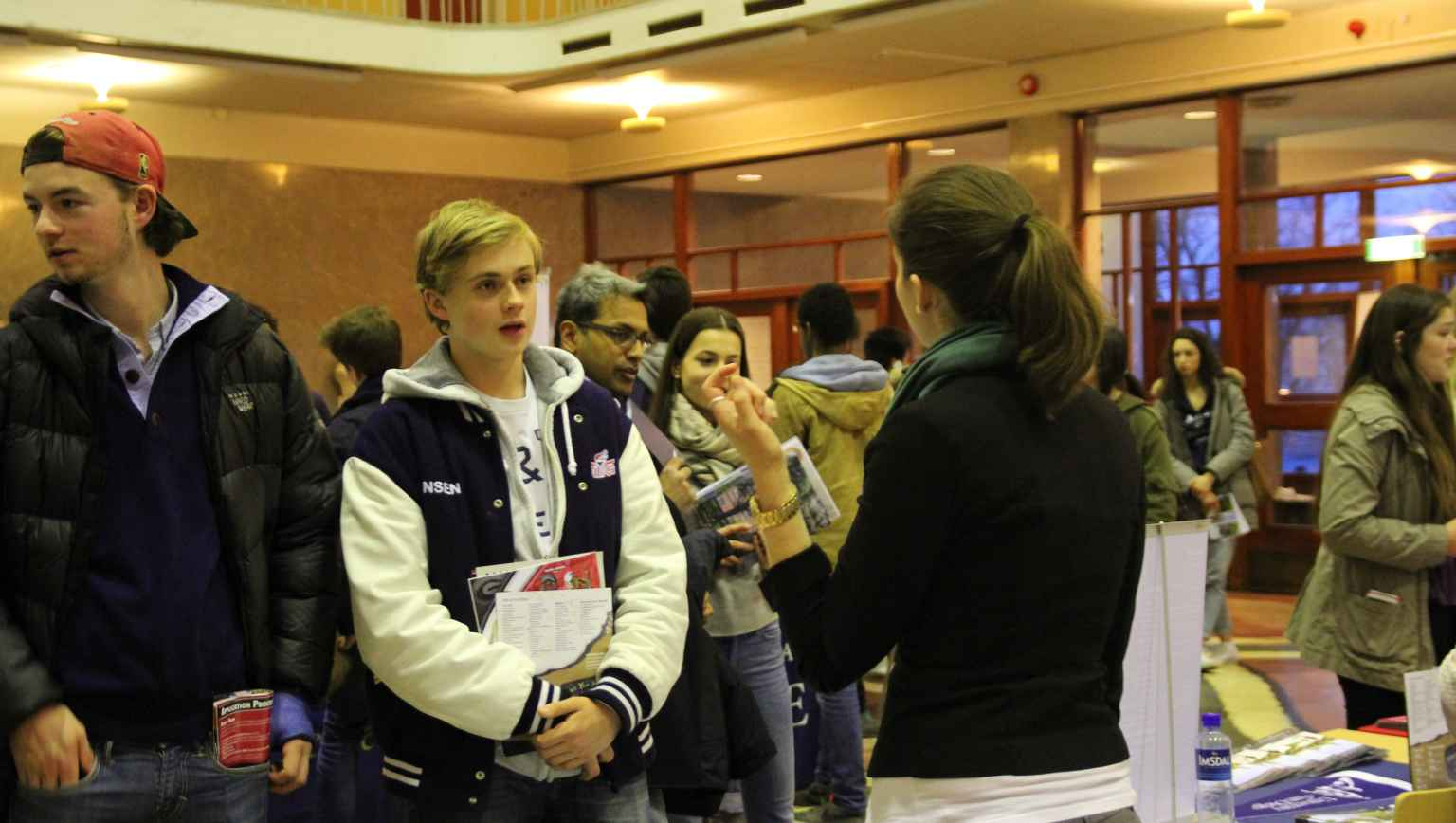 Norwegian students at college fair